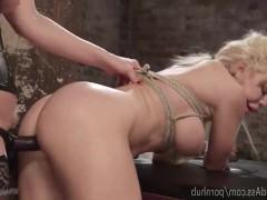 Зрелая блондинка жестоко связывает молодую подружку и трахает ее страпоном сзади