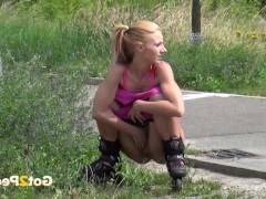 Сборка моментом бесстыжего писсинга любительниц на улицах
