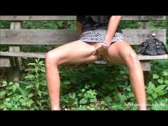 Молодая супруга задрала короткую юбку и дрочит пизду на скамейке в парке перед мужем