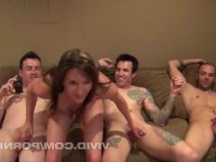 Развратные молодые жены готовы устроить групповуху свингеров с мужьями перед камерой