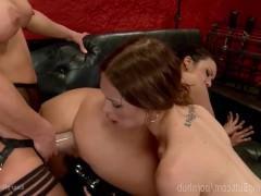 Три похотливые зрелые лесбиянки грубо ебутся в жопы с помощью разных секс игрушек