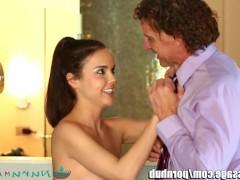 Голая молодая массажистка готова поебаться с клиентом вместо очередного массажа