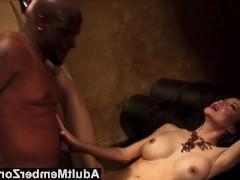 Тайная встреча зрелой азиатской дамы с чернокожим любовником