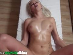 Молодая любительница раздевается перед пикапером и смакует фантастический секс с ним