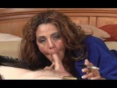 Зрелая домохозяйка курит и лениво сосет фаллос любовника