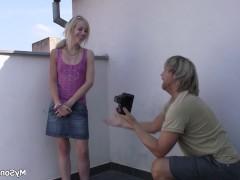 Съемка молодой девки закончилась трахом с ее фотографом