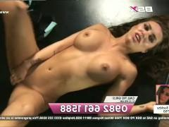 Молодая порно модель щедро трахает влагалище перед камерой и готова получить экстаз