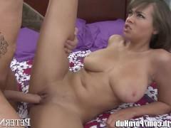 Молодая латинская порно модель громко стонет от натиска любовника