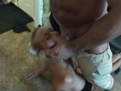 Зрелая домохозяйка готова брать в рот фаллос мускулистого негра
