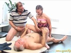 Два старых мужика дали чупа-чупс молодой шлюшке за секс