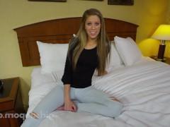 Молодая девка с радостью ебется на кровати с порно агентом