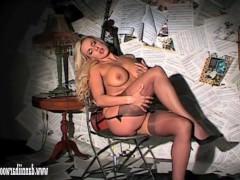 Сиськастая зрелая блондинка танцует фантастический стриптиз
