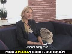 Молодая блондинка пошла на поводу у порно агента и трахается