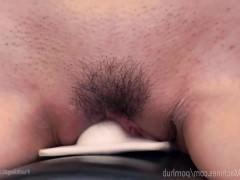 Молодая азиатка трахается с секс машиной и помогает вибратором