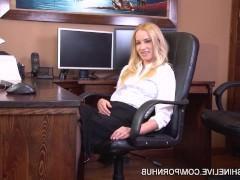 Шикарная молодая секретарша раздевается прямо на рабочем месте